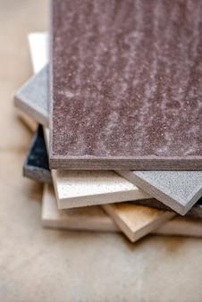 Monsters van natuursteen voor keukenwerkbladen en vloertegels steenmonsters voor werkbladen op gr...