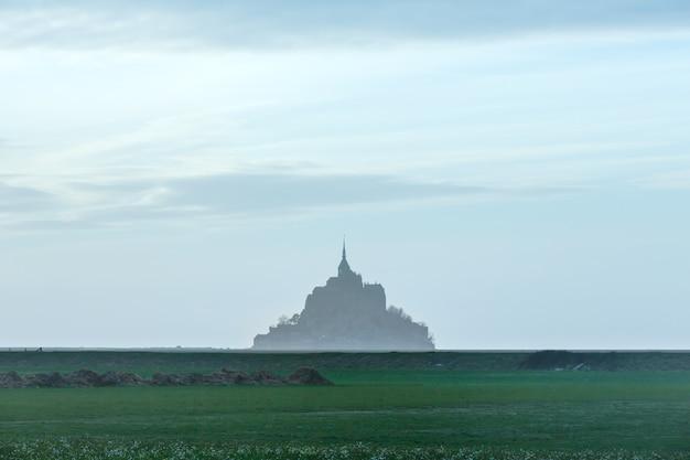 Mont saint-michel in maart. avond wazig uitzicht. frankrijk.