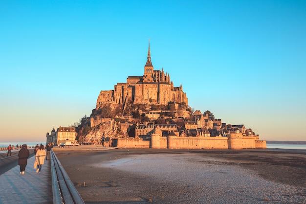 Mont saint michel, normandië, frankrijk - december 29, 2016: mening over het beroemde eiland van mont saint michel met toeristen in de ochtend