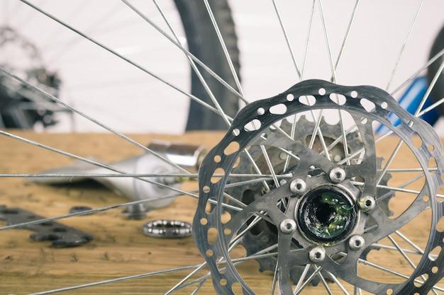 Montage achterwiel mountainbike op de tafel.