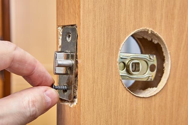 Montage van deurgreep en installatieslot met dagschoot.