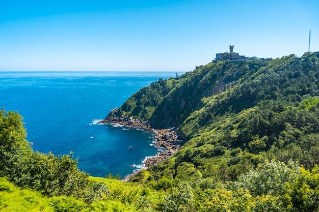 Monte igueldo en kustpretpark, guipuzcoa, baskenland. excursie van san sebastián naar de stad orio door de berg igeldo met 3 vrienden.