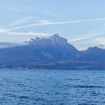 Monte pizzocolo, is een berg van de brescia en gardesane vooralpen die ontspringt in het directe achterland van de brescia-kant van het gardameer nabij de stad toscolano maderno.