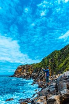 Monte ulia in de stad san sebastian, baskenland. bezoek de verborgen baai van de stad genaamd illurgita senadia of illurgita senotia. een foto maken met de mobiele, verticale foto