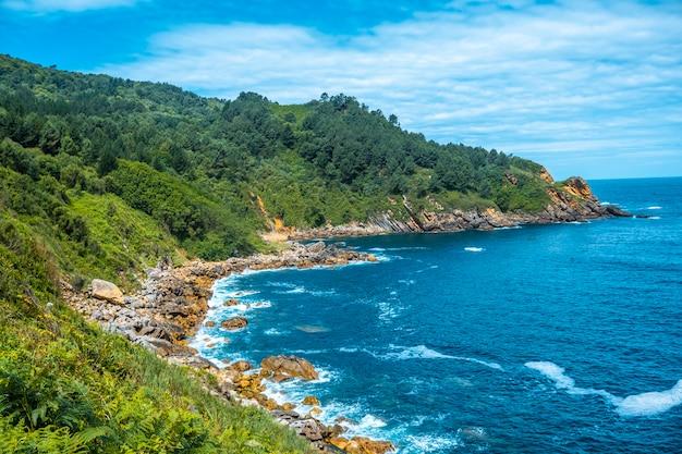 Monte ulia in de stad san sebastian, baskenland. bezoek de verborgen baai van de stad genaamd illurgita senadia of illurgita senotia. mount ulia inham van bovenaf
