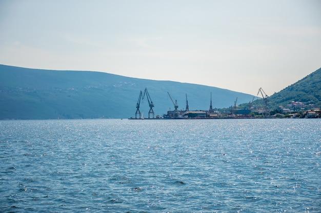 Montenegro in de zeehaven worden schepen gelost met grote kranen