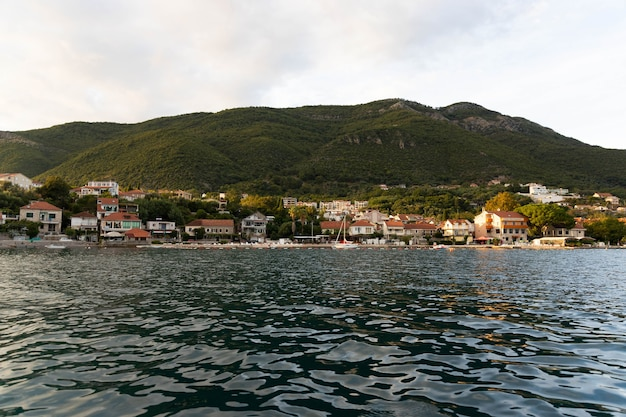 Montenegro, prachtige zeestadjes, woonhuizen aan zee, uitzicht vanaf het water.