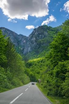 Montenegro toeristen reizen met de auto over de bergwegen van montenegro