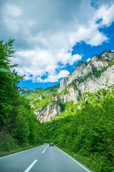 Montenegro-toeristen reizen met de auto over de bergwegen van montenegro