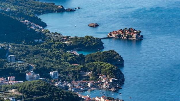 Montenegro uitzicht op de wijk sveti stefan en het gelijknamige eilandrestaurant.