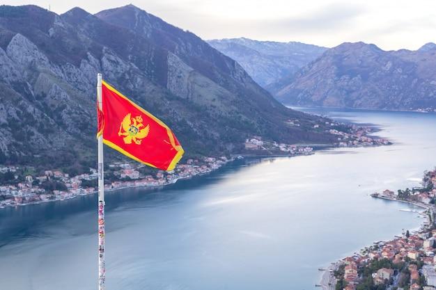 Montenegro vlag op kotor baai uitzicht