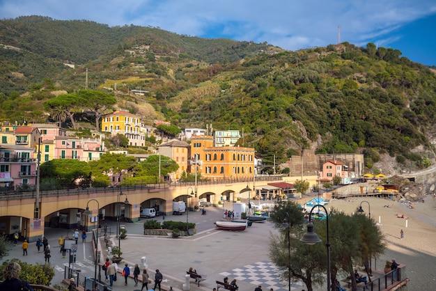 Monterosso, italië - 17 oktober 2017: monterosso al mare, oude kustdorpen van de cinque terre aan de italiaanse rivièra in italië