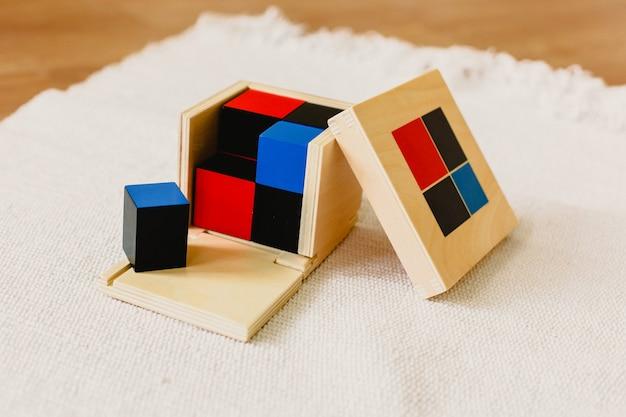 Montessori-houtmateriaal voor het leren van kinderen en kinderen op school