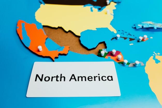 Montessori-kaart van noord-amerika gemaakt van hout met tekstlabel in een school.