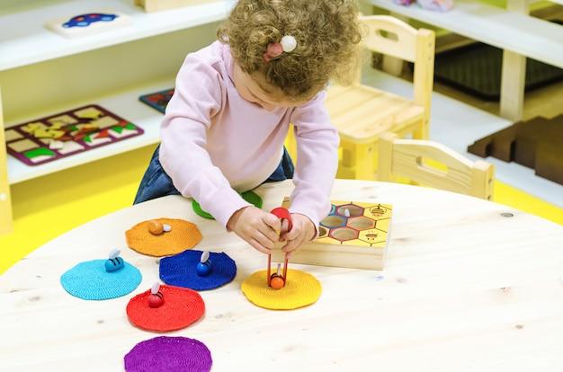 Montessori-ontwikkeling van kinderen. beroep van het kind thuis.