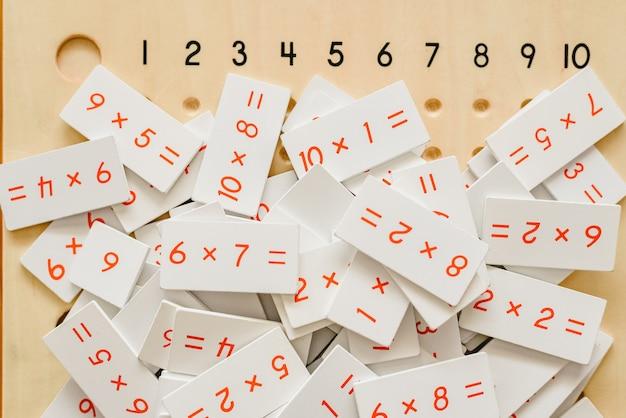 Montessorischomeymateriaal voor het leren van kinderen op het gebied van wiskunde