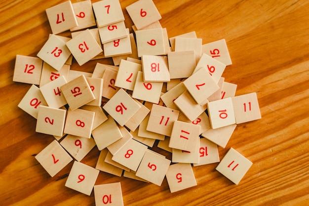 Montessorischoolmateriaal voor het leren van kinderen in het gebied tot duizenden