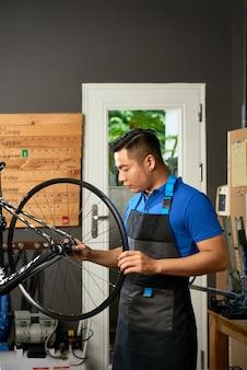Monteur banden aanpassen voor klant:
