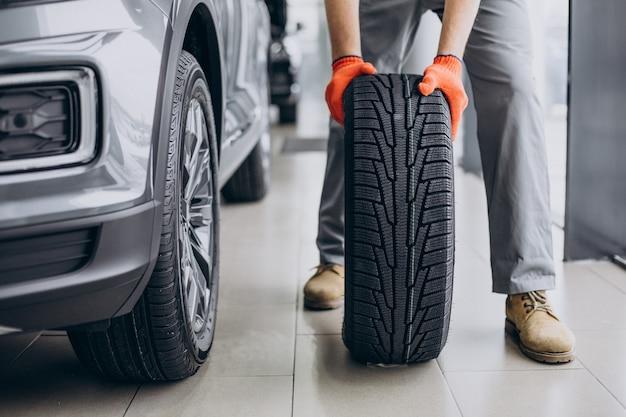 Monteur banden wisselen in een autoservice