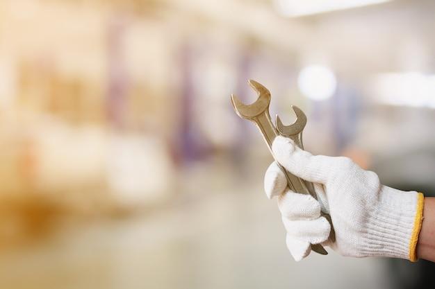 Monteur bedrijf moersleutel bij auto onderhoudscentrum