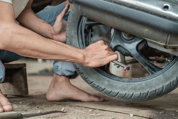 Monteur hand repareren band