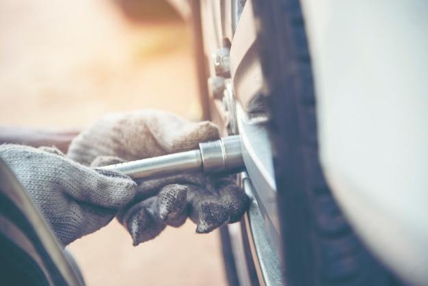 Monteur man auto service reparatie auto garage autocar voertuigen service mechanische man engineering.