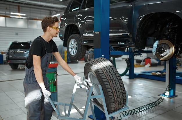 Monteur man lost probleem met wiel in mechanische werkplaats op