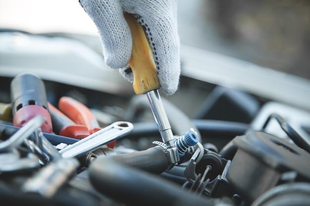 Monteur met schroevendraaier. auto reparatie, servicecentrum