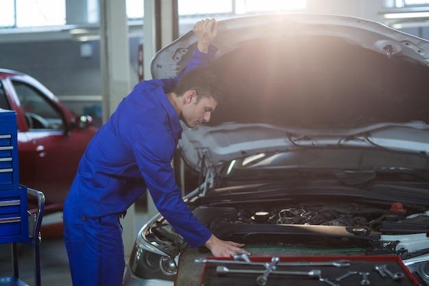 Monteur onderhoud van een auto-motor