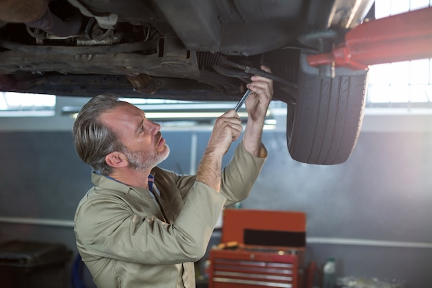 Monteur onderzoekt autowiel remschijf