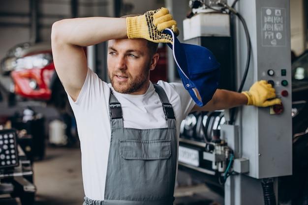 Monteur reparatie auto bij auto tankstation
