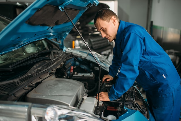 Monteur repareert automotor, motordiagnose.