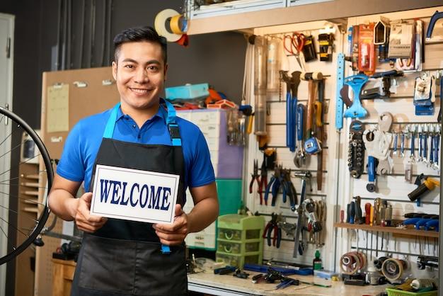Monteur verwelkomt klanten