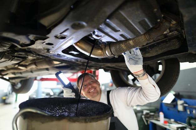 Monteur voert grondige inspectie auto garage.