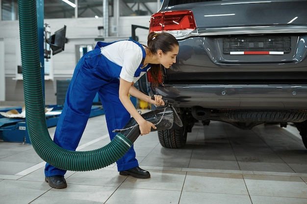 Monteur vrouw bereidt zich voor op inspectie in mechanische werkplaats