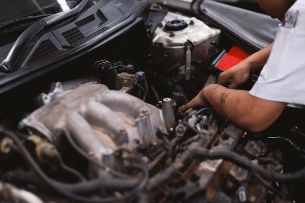 Monteur werkt auto-onderhoud