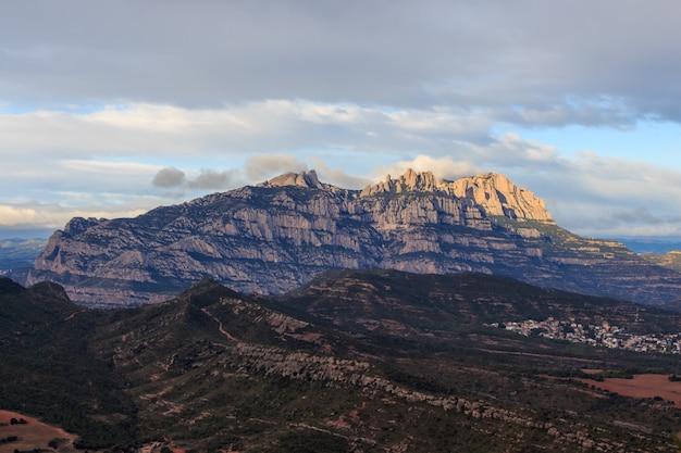 Montserrat berg met wolken en zonsopgang. beroemd plaatsenconcept