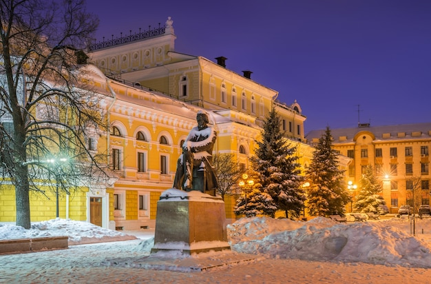 Monument in de buurt van het dramatheater in nizhny novgorod in de winter