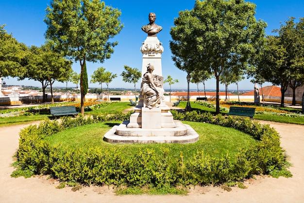 Monument in de tuin in evora, portugal