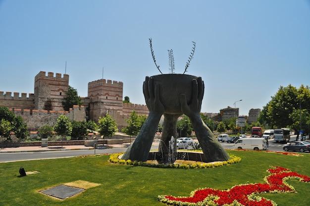 Monument met drie handen en beker in istanbul