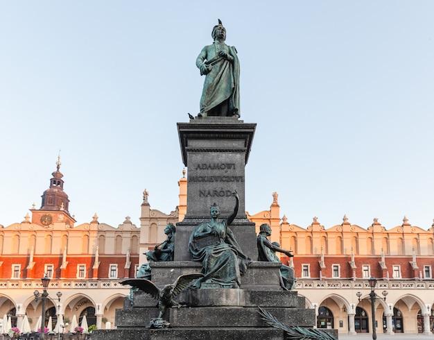 Monument opgedragen aan de poolse dichter adam mickiewicz