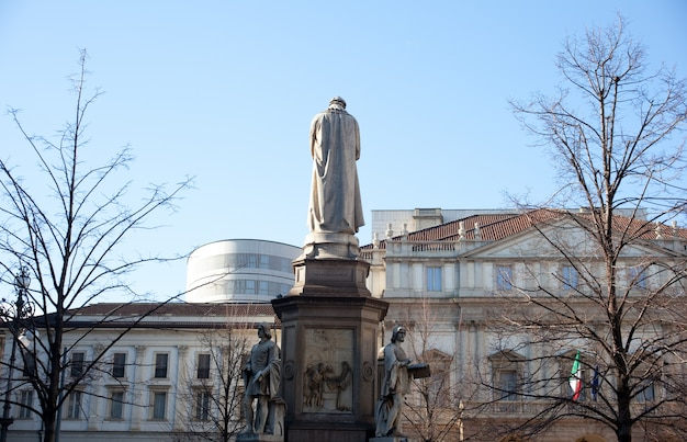 Monument opgedragen aan leonardo da vinci, milaan