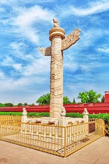 Monument-stenen kolom (huabiao) met afbeelding van draken en feniksen siert de omgeving van de tiananmen-poort. beijing, china