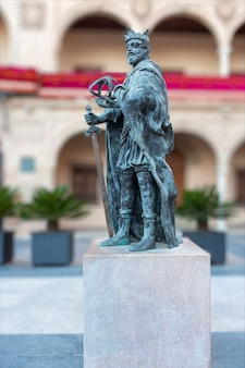 Monument ter nagedachtenis aan de beroemde spaanse middeleeuwse koning genaamd alfonso x bekend als el rey sabio