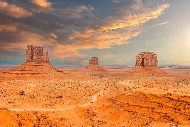 Monument valley national park bij het bezoekerscentrum bij orange sunrise