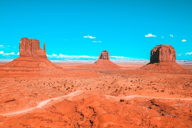Monument valley onder de blauwe hemel, usa
