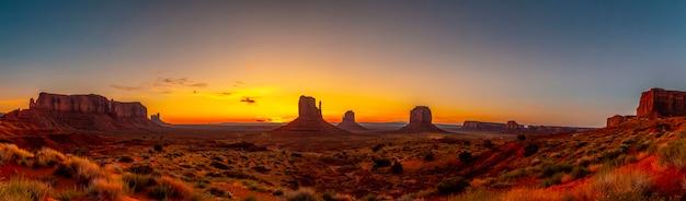 Monument valley silhouet bij de prachtige zonsopgang van augustus, utah