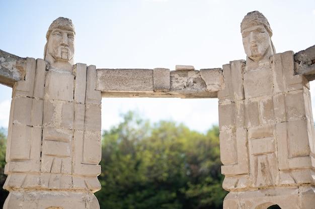 Monument van mannen die hand in hand een cirkelbeeldhouwwerk maken in moldavië