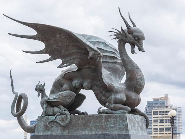 Monument van tatarian legendarisch schepsel zilant wijfje met geïsoleerde welpen