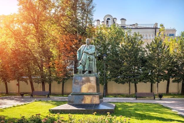 Monument voor alexei nikolayevich tolstoy in de buurt van de grote hemelvaartskerk in moskou